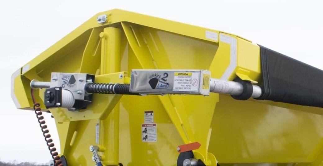 Aero tarp system on side dump trailer
